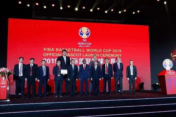 东道品牌创意集团代表与国际篮联有关代表、组委会有关部室负责人合影