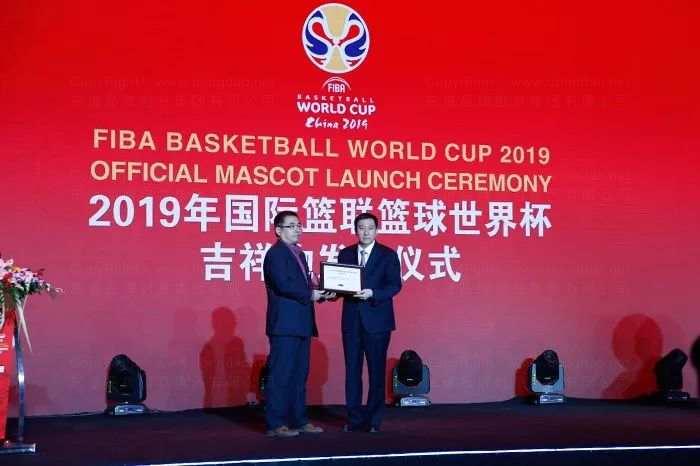 北京市副市长张建东为东道品牌创意集团颁发获奖证书及奖杯