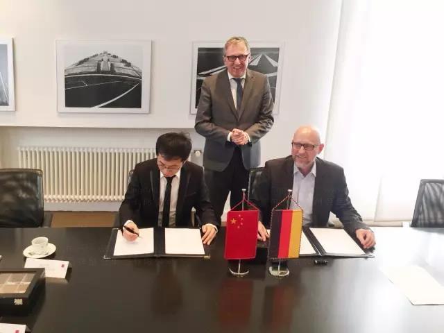 在庫爾茨市長的見證下,解建軍董事長與新的國際合作伙伴簽署合作協議